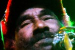 Lee Scratch Perry actuando en Zentral Pamplona.